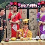 平和茶話会で茶の歴史や茶芸について説明する台湾茶の専門家