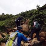 滑りやすい蛇紋岩を越えながら登っていく