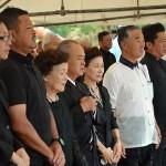 除幕式の開始にあたり国歌斉唱する中山義隆石垣市長(右から2人目)や遺族ら
