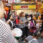 ブラジルのサンバダンスはカーニバルの華。太鼓の演奏も盛り上がる