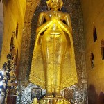 黄金色に輝くアーナンダ寺院の仏像