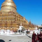 赤い僧衣の僧侶も参拝に訪れる