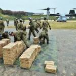 全力疾走で届けられた物資を運ぶ陸自隊員ら =23日午後、熊本県南阿蘇村の白水運動公園