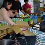 熊本地震の震源地近くで食糧を提供する人々=読者提供