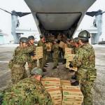 MV-22Bオスプレイに物資を積み込む陸自隊員ら =23日午後、熊本県の陸上自衛隊高遊原分屯地