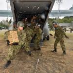全力疾走で届けられた物資を運ぶ陸自隊員 =23日午後、熊本県南阿蘇村の白水運動公園-5