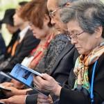 式典中、追悼の言葉を聞く日本の遺族ら =19日午後、東京都小笠原村