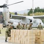 熊本地震で救援物資を積んで被災地に着陸した米海兵隊の垂直離着陸輸送機MV22オスプレイ(奥)=18日午後、熊本県南阿蘇村の白水運動公園