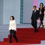 就任演説前に登壇する蔡英文総統(中央左)と陳建仁副総統