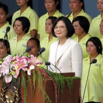 就任演説前に中華民国国歌を斉唱する蔡英文総統(中央)