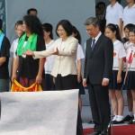 就任演説後、参加者に一緒に「美麗島」を歌うことを求める蔡英文総統(中央左)と陳建仁副総統