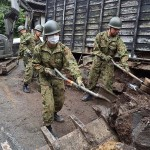 がれきの撤去作業を行う陸自隊員ら =25日午後、熊本市東区