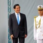 笑顔で離任する馬英九前総統(中央左)と蔡英文新総統