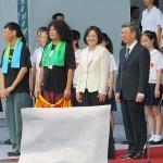 就任演説後、笑顔を見せる蔡英文総統(中央)と陳建仁副総統