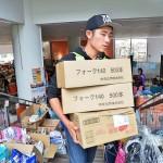 救援物資を運ぶボランティア =25日午後、熊本県益城町総合体育館