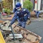 がれきの撤去作業を行う海自隊員ら =25日午後、熊本市東区