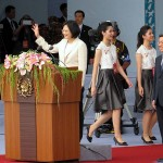就任演説前に登壇し、参加者に手を振る蔡英文総統(左)と陳建仁副総統