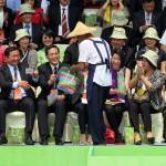 来賓に台湾の特産物を配り、喜びを表す人々