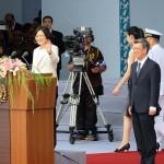 就任演説前に参加者へ手を振って登壇する蔡英文総統(左)と陳建仁副総統