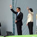 参加者に手を振って離任する馬英九前総統(中央左)と蔡英文新総統
