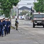 パトロールを行う熊本県警の警官ら =25日午後、熊本市東区