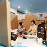 段ボールで仕切られた拠点避難所の半個室生活