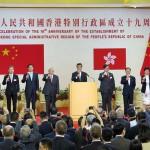 7月1日、香港で中国返還19周年の記念式典で乾杯の音頭を取る梁振英行政長官(中央)