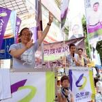 7月1日の大規模民主化デモで支持者に訴える公民党の梁家傑名誉主席。9月の立法会選挙には後継者を立候補させ、本人は引退する