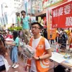 7月1日、銅鑼湾(コーズウェイベイ)で支援募金活動を展開する香港衆志の黄之鋒秘書長や工党のスタッフら