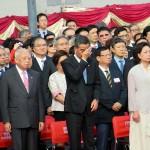 7月1日、香港中心部の湾仔(ワンチャイ)にある金紫荊広場で行われた国旗掲揚式で汗をハンカチでぬぐう香港トップの梁振英行政長官