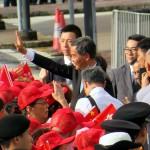 7月1日、香港中心部で行われた国旗掲揚式で市民に手を振る梁家傑香港行政長官(中央)