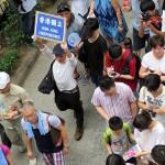 香港独立のプラカードを持つ香港人