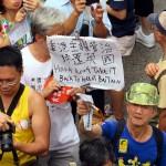 民主化デモでは香港を英国領に戻すことを主張するプラカードを持つ人も