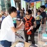 4月10日に発足した新党「香港衆志(デモシスト)」の羅冠聡党主席は7月1日、湾仔(ワンチャイ)で有権者らと握手