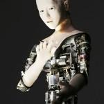 「人間らしさ」問うロボット、あえて機械むき出し