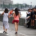 歩きスマホの女性たち。男性陣の注目的である。フィリピンでもスマホは格安ブランドを中心に爆発的に普及している