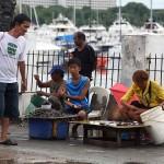マニラ湾で捕れた海産物を売る人々。汚染状況が心配になる