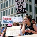 民主党全国委員会の幹部がクリントン氏に肩入れした疑惑が浮上し、抗議活動を行うサンダース支持者ら
