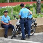 パトロール中か休憩か?リラックスムードの警官たち