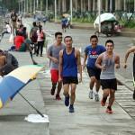 ジョギングに励む男性たち。カメラへの視線も忘れない