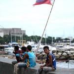 防波堤で休憩する建設作業員たち