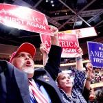 共和党大会でトランプ氏のスローガンを掲げる支持者ら