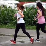 ベイウォークはジョギングのメッカでもある。ブランドシューズで颯爽と走る女性たち