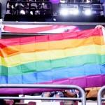 民主党大会で同性愛者を支援するレインボーフラッグを掲げる人たち