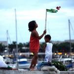 ガラクタで遊ぶ路上生活者の子供たち