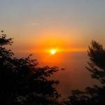 朝方4時50分前後の日の出。日の出とともに虫たちが活発になり、わずか30秒の間にここまで日が昇る。