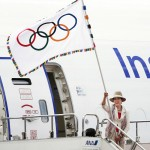 五輪旗が東京に到着、羽田空港で歓迎式