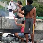 防波堤で夕食の支度に忙しい路上生活者たち