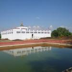 ルンビニ マーヤ聖堂と池
