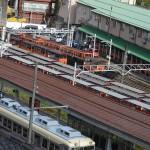 黒部峡谷鉄道の宇奈月駅付近から線路を眺める。手前は富山地方鉄道の電車